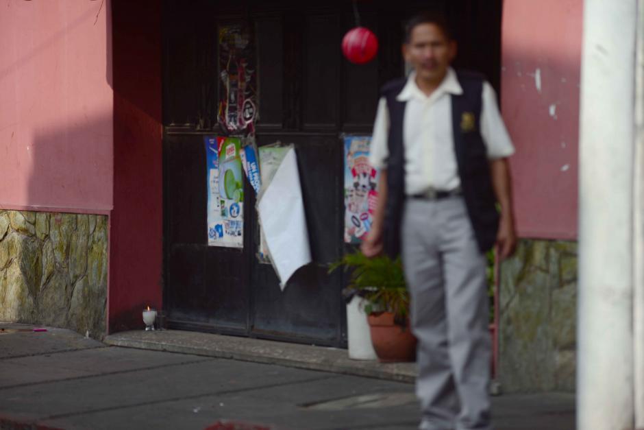 Una veladora quedó encendida por personas particulares en el lugar del ataque. (Foto: Jesús Alfonso/Soy502)