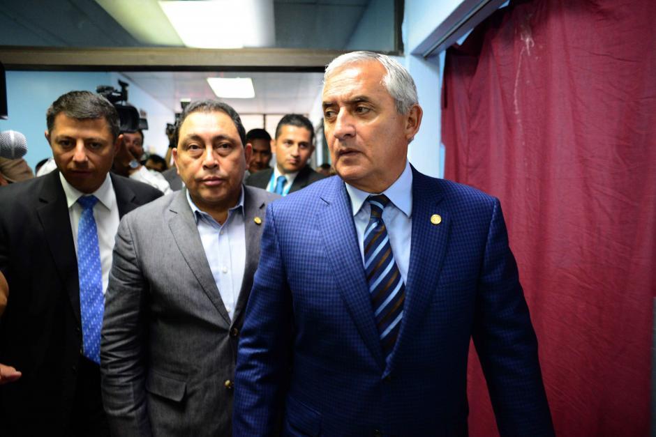 El Presidente Otto Pérez junto al ministro de gobernación, Mauricio López, llegaron al hospital General. No descartan que el ataque tenga relación con pandillas. (Foto: Jesús Alfonso/Soy502)