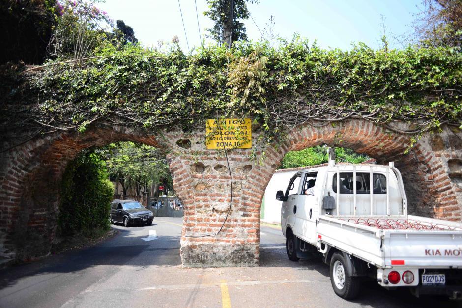 """En la parte de atrás de """"Los Arcos"""", en zona 10, se encuentran algunos de los fragmentos de la construcción mejor conservados. (Foto: Jesús Alfonso/Soy502)"""