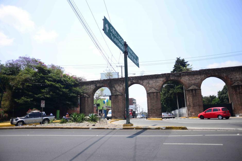 """En la entrada a la avenida Hincapie, varias """"cajas areneras"""" que servían para filtrar el agua, fueron modificadas por el Ejército de Guatemala para poner puestos de vigilancia. (Foto: Jesús Alfonso/Soy502)"""