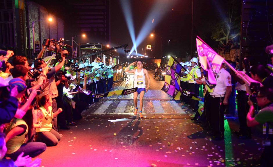 Luis Rivero, el ganador de la 10K 2014 cruza la meta con un tiempo de 31:31. (Foto: Jesús Alfonso/Soy502)