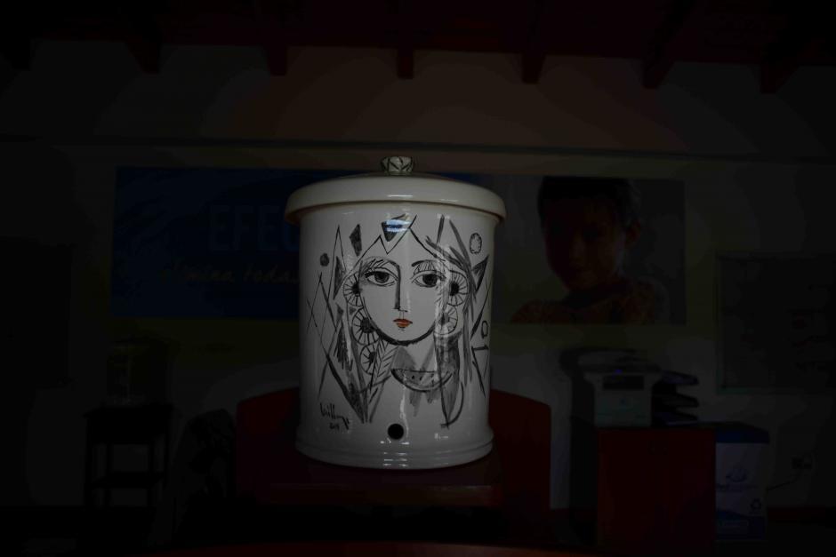 La empresa invitó en el pasado a artistas Guatemaltecos para que plasmaran sus obras en los filtros de cerámica, lo recaudado fue invertido para dar unidades purificadoras a familias de escasos recursos en el area rural. (Foto: Jesús Alfonso/Soy502)