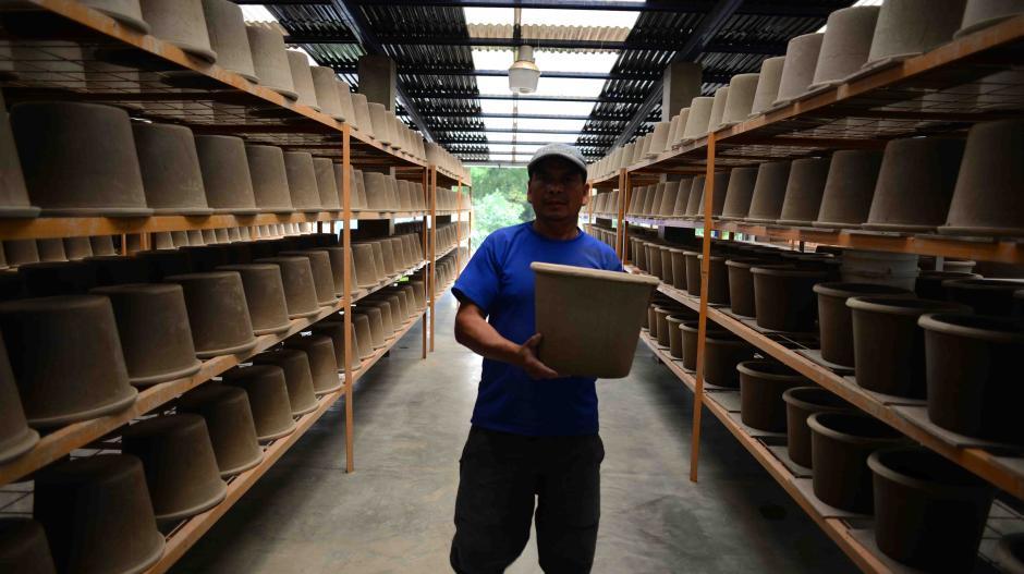 El filtro compuesto de barro, serrín e impregando de plata coloidal es fabricado artesanalmente con materiales locales con el objetivo de llevar agua potable al área rural. (Foto: Jesús Alfonso/Soy502)