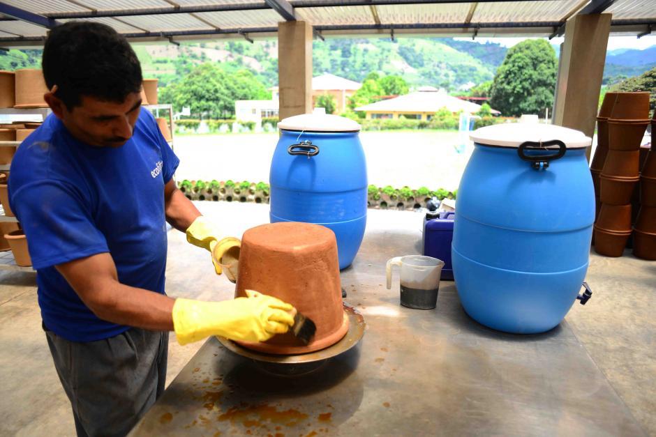 Al barro se le agrega plata coloidal que es el elemento que purifica el agua y permite tener los beneficios purificadores por al menos 2 años. (Foto: Jesús Alfonso/Soy502)