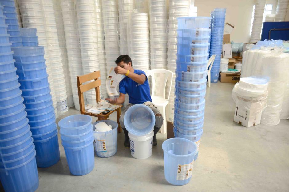 Estas cubetas plásticas son las que se comercializan en el área rural. (Foto: Jesús Alfonso/Soy502)