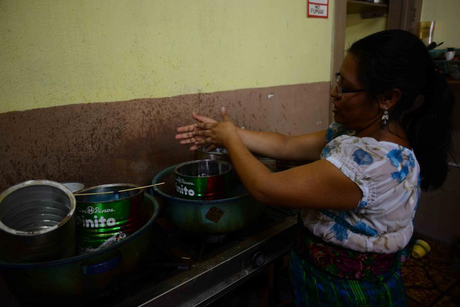 Maritza Vicente es una de las personas que se encarga de elaborar las velas artesanales en Chandelle, creatividad en arte. (Foto: Jesús Alfonso/Soy502)
