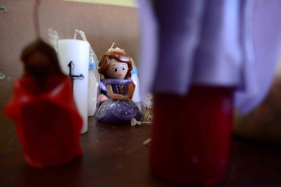 Se elaboran velas al gusto del cliente, entre ellas las princesas de Disney. (Foto: Jesús Alfonso/Soy502)