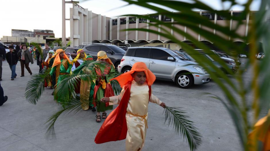 Alumnos de todos los niveles participaron en el vía crucis en vivo del colegio, cuidando todos los detalles. (Foto: Jesús Alfonso/Soy502)