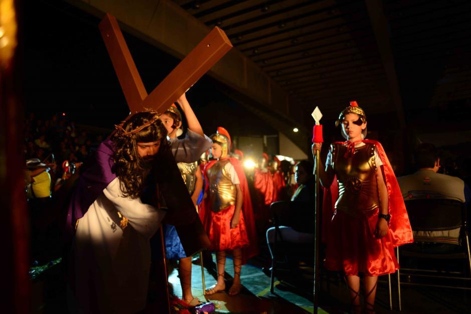 Cristo hace todo el recorrido con la cruz sobre su espalda. (Foto: Jesús Alfonso/Soy502)