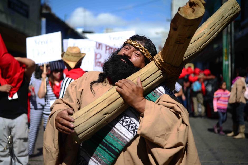"""Este personaje representa al pueblo de Guatemala que siempre tienen """"una cruz sobre la espalda"""". (Foto: Jesús Alfonso/Soy502)"""