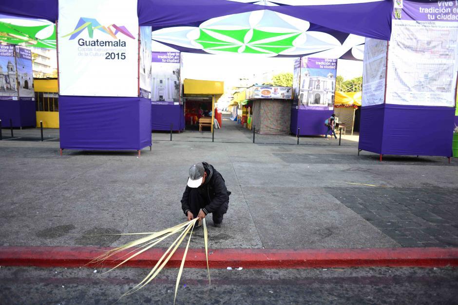 Este vendedor prefirió armar sus ramos en la banqueta opuesta a la Catedral Metropolitana para tener más espacio disponible. (Foto: Jesús Alfonso/Soy502)