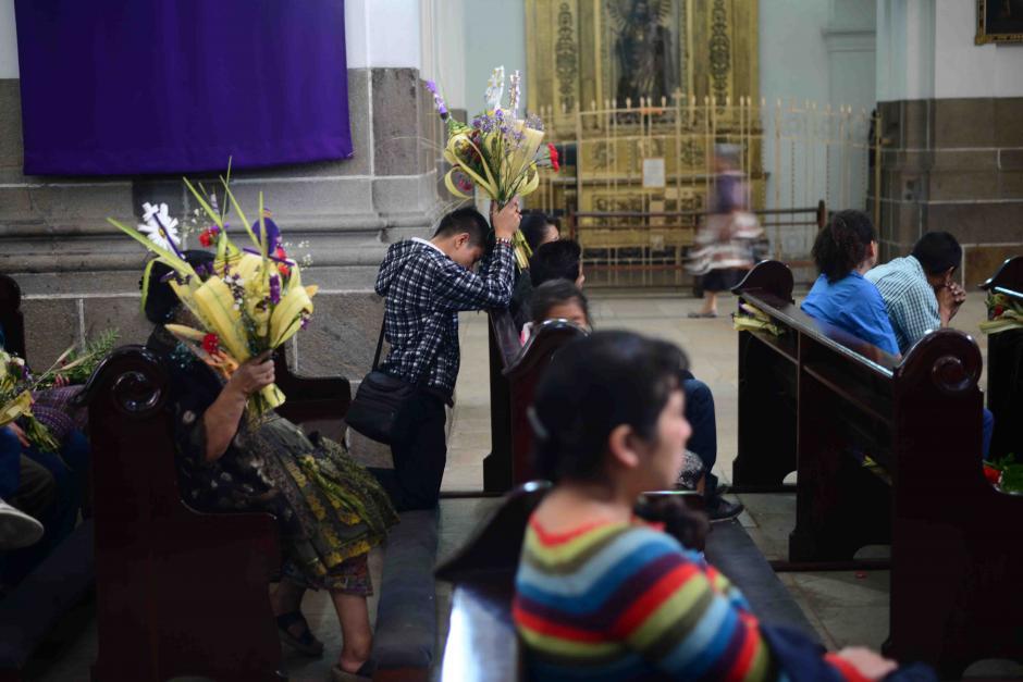 Muchos de los asistentes a la misa rezaban antes de que el sacerdote ingresara al templo. (Foto: Jesús Alfonso/Soy502)