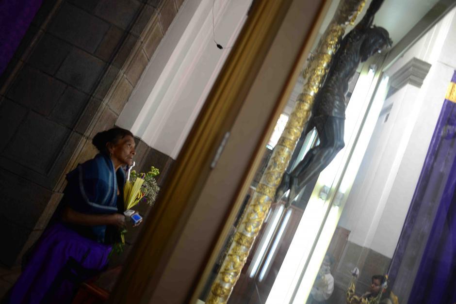 Los fieles acudieron a ofrecer sus ofrendas y los sacrificios realizados durante la Cuaresma. (Foto: Jesús Alfonso/Soy502)