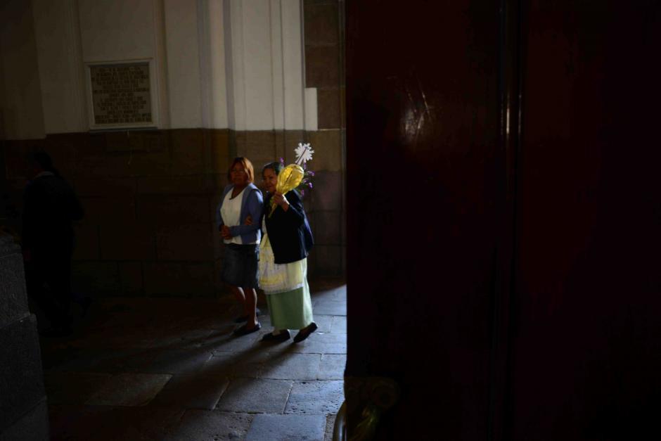 La conmemoración de la entrada de Jesús a Jerusalén antes de su pasión y muerte es una fiesta para los fieles católicos que desde muy temprano se dieron cita en la Catedral Metropolitana. (Foto: Jesús Alfonso/Soy502)