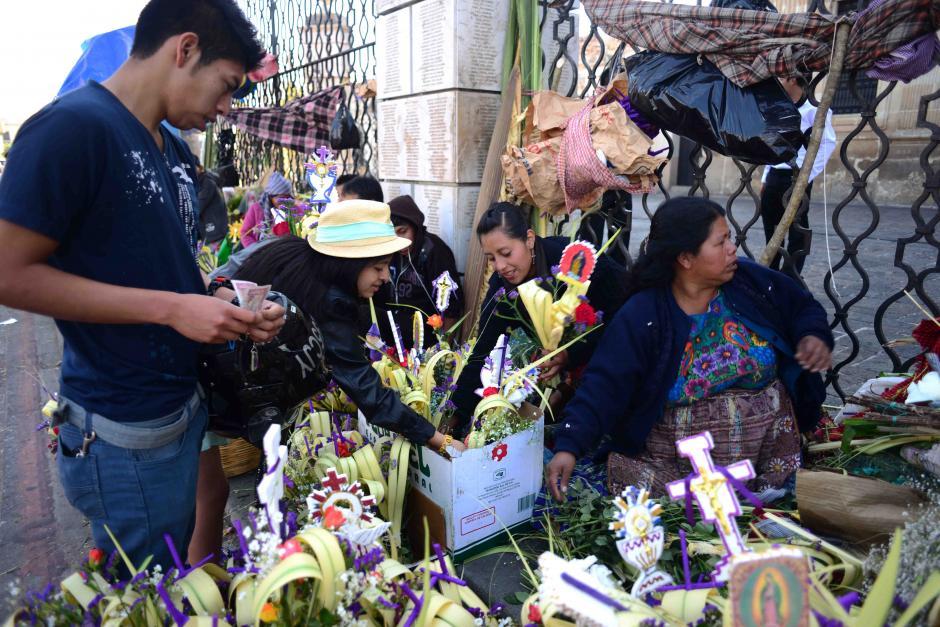 Los Ramos se encuentran en las afueras de los templos a precios que oscilan desde Q2.50 hasta Q10 quetzales. (Foto: Jesús Alfonso/Soy502)