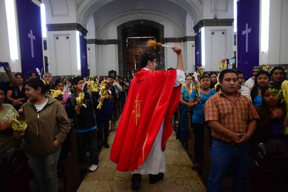 El sacerdote bendice los ramos al terminar la misa. Los asistentes esperan este momento para llevarlos a casa. (Foto: Jesús Alfonso/Soy502)