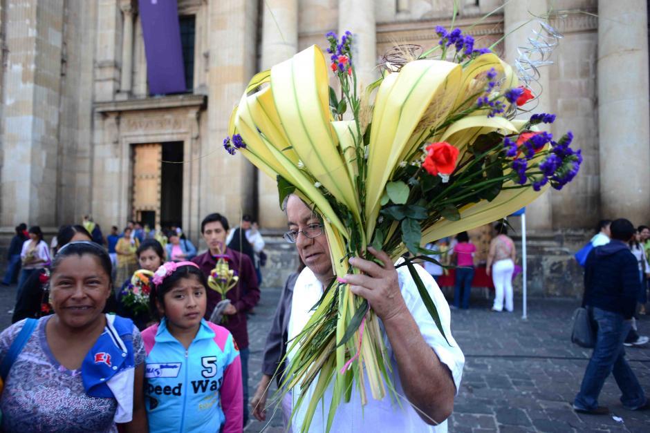 Muchos de los asistentes a la eucaristía llevan ramos para familiares, amigos o enferemos. (Foto: Jesús Alfonso/Soy502).