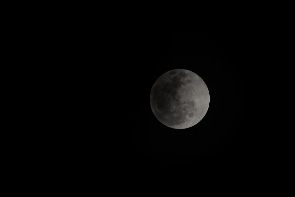 Una cara de la luna comienza a oscurecerse en el cielo de Villanueva. (Foto: Jesús Alfonso).