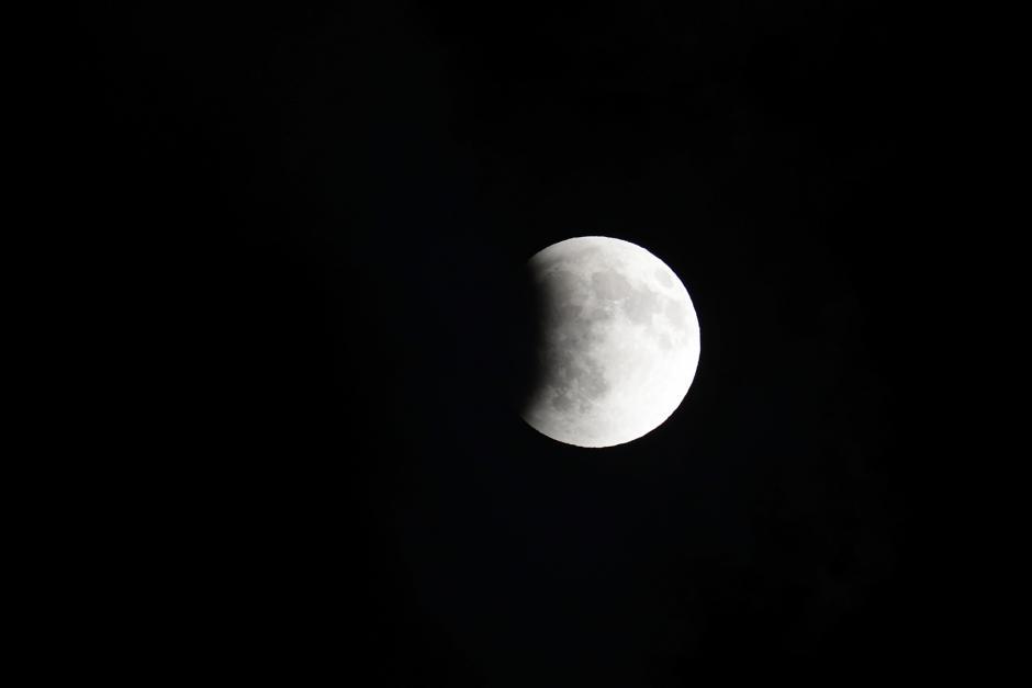 La Luna empieza a penetrar en la zona de la tierra. (Foto: Jesús Alfonso/Soy502).