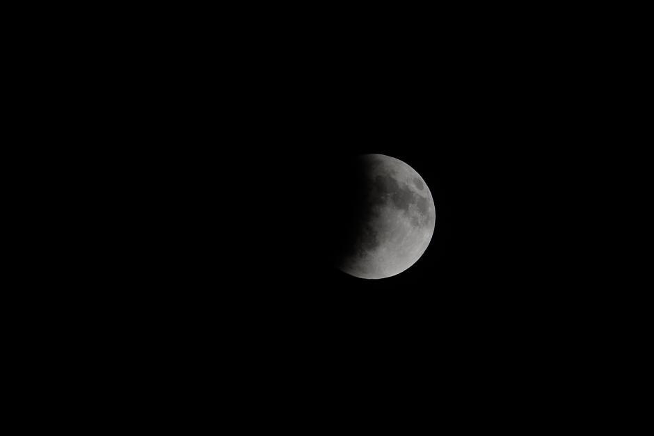 La sombra de la tierra abarca ya un espacio importante de la superficie lunar. (Foto: Jesús Alfonso/Soy502).