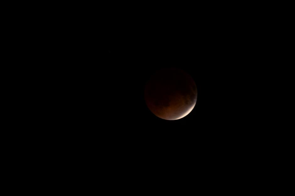 La sombra de la Tierra casi tapa la Luna por completo. (Foto: Jesús Alfonso/Soy502).
