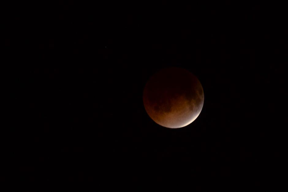 Una coloración levemente rojiza comienza a ser perceptible en la parte inferior del satélite. (Foto: Jesús Alfonso/Soy502).