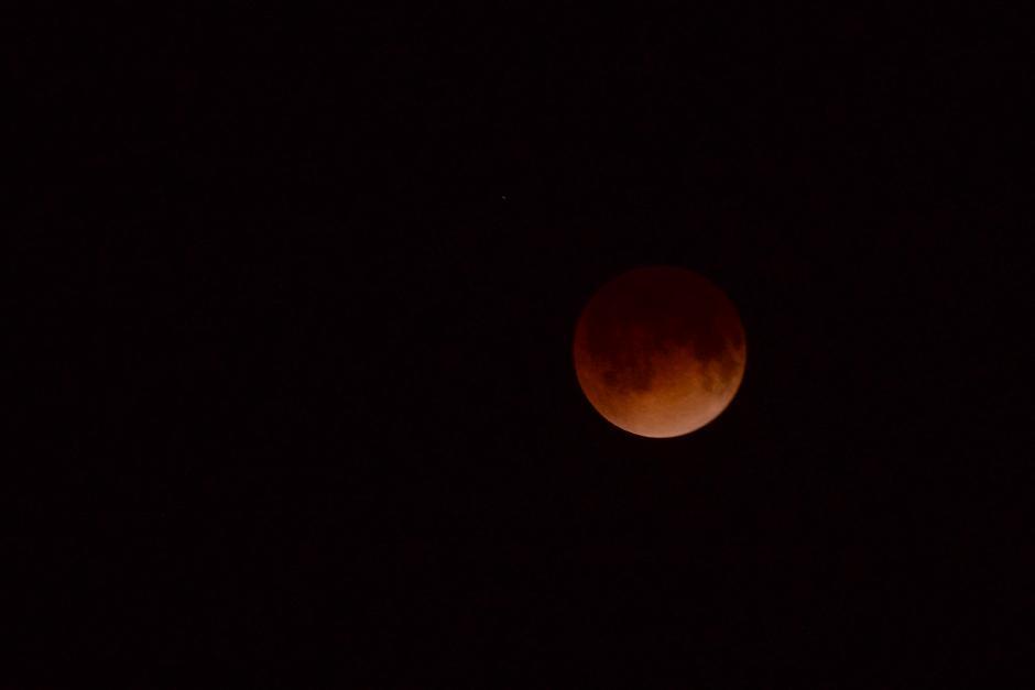 El reflejo tiñe la Luna. Los guatemaltecos observan maravillados el fenómeno celeste. (Foto: Jesús Alfonso/Soy502).
