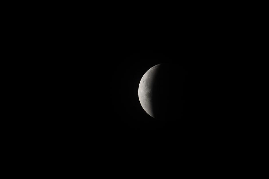 La superficie lunar plateada empieza a salir de la oscuridad. (Foto: Jesús Alfonso/Soy502).