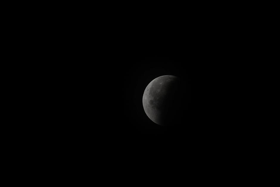 Ya una buena parte de la Luna aparece despejada. (Foto: Jesús Alfonso/Soy502).