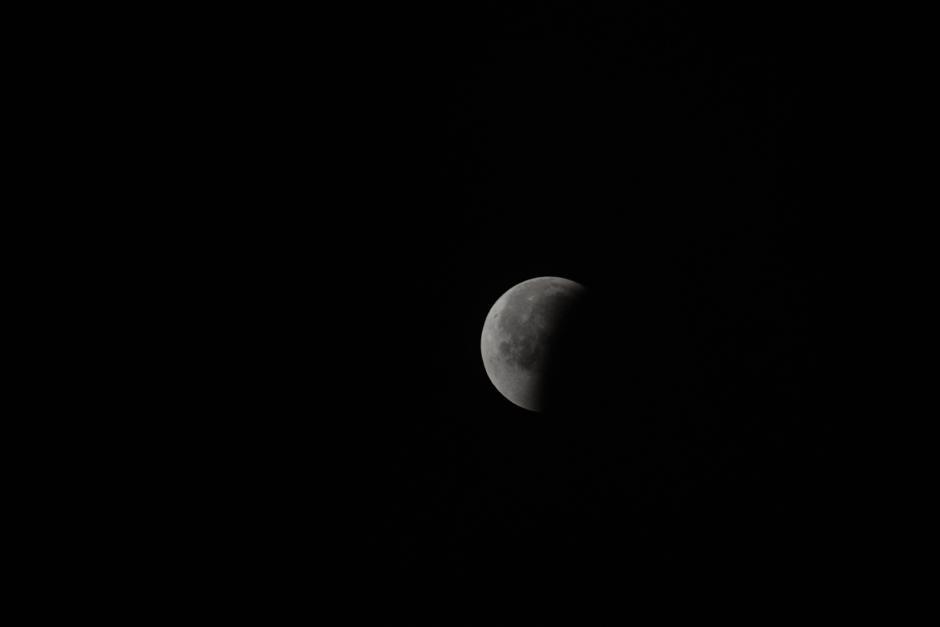 La mitad del satélite es visible de nuevo, con su color habitual. (Foto: Jesús Alfonso/Soy502).