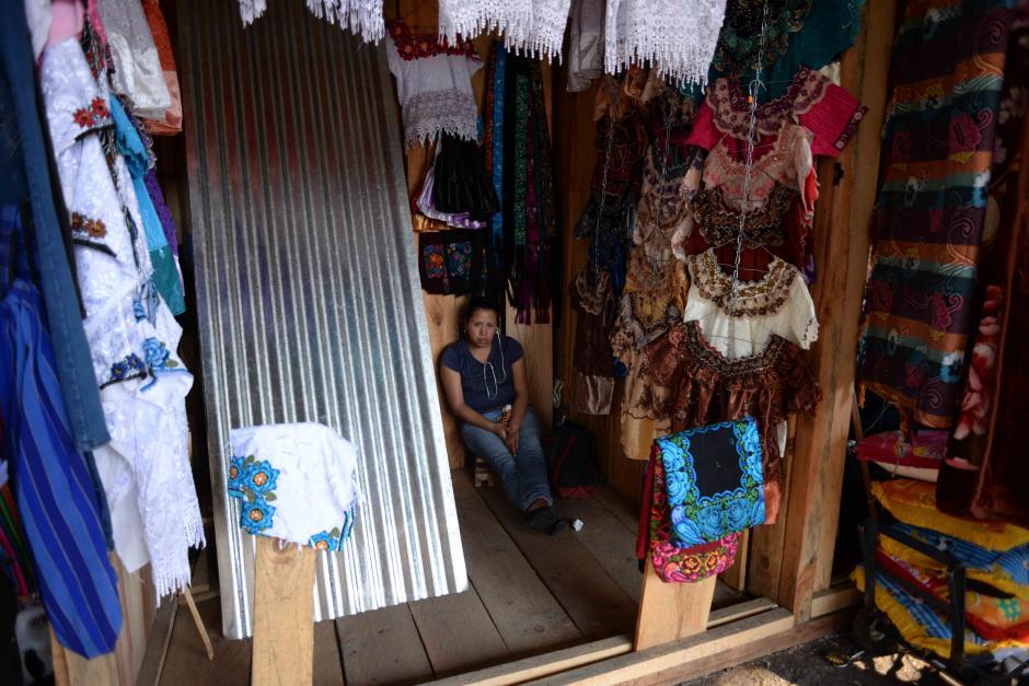 Aún lucen vacíos los locales por lo que los vendedores esperan que durante estos días y la próxima semana las ventas se normalicen. (Foto: Jesús Alfonso/Soy502)