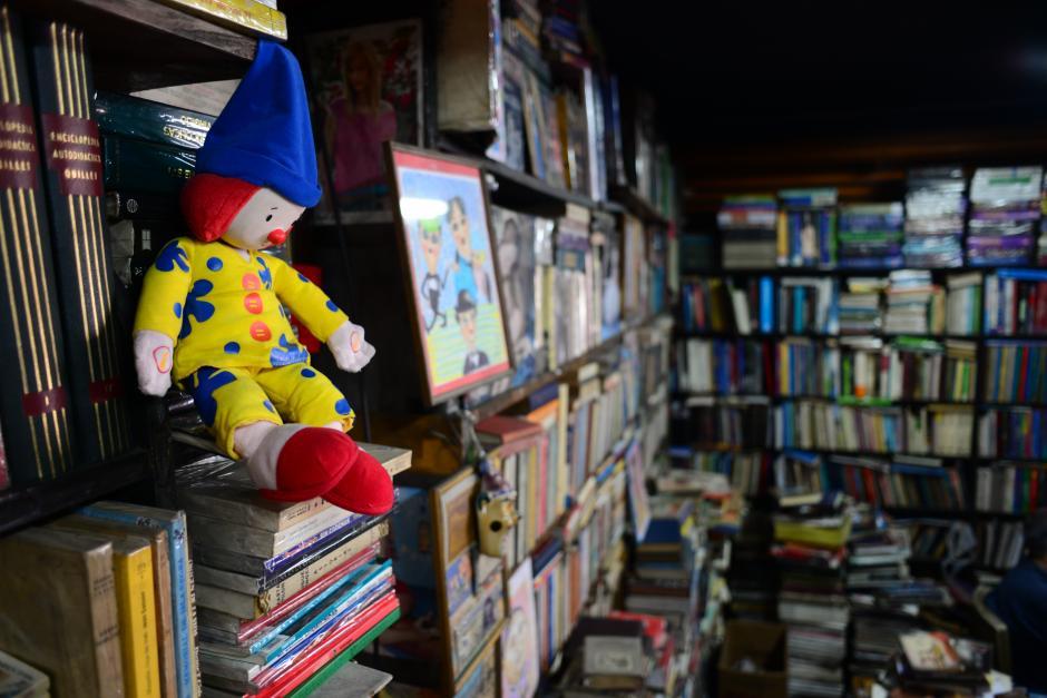 Los libreros ofrecen, además de libros, objetos curiosos, antigüedades y discos de vínilicos. (Foto: Jesús Alfonso/Soy502)