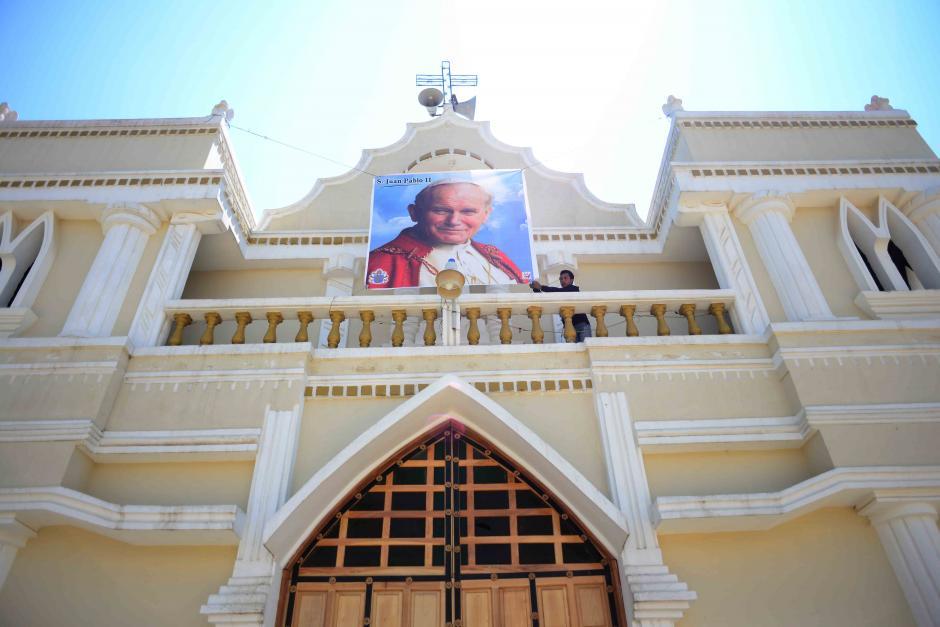 La iglesia de la Parroquia se vestirá de gala el domingo 27 para la canonización de Juan Pablo II. (Foto: Jesús Alfonso/Soy502)