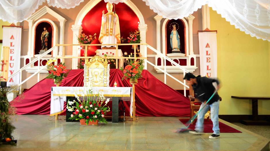 Un altar está listo para recibir a miles de devotos de Juan Pablo II en el interior de la iglesia de la Parroquia en la aldea El Camán. (Foto: Jesús Alfonso/Soy502)