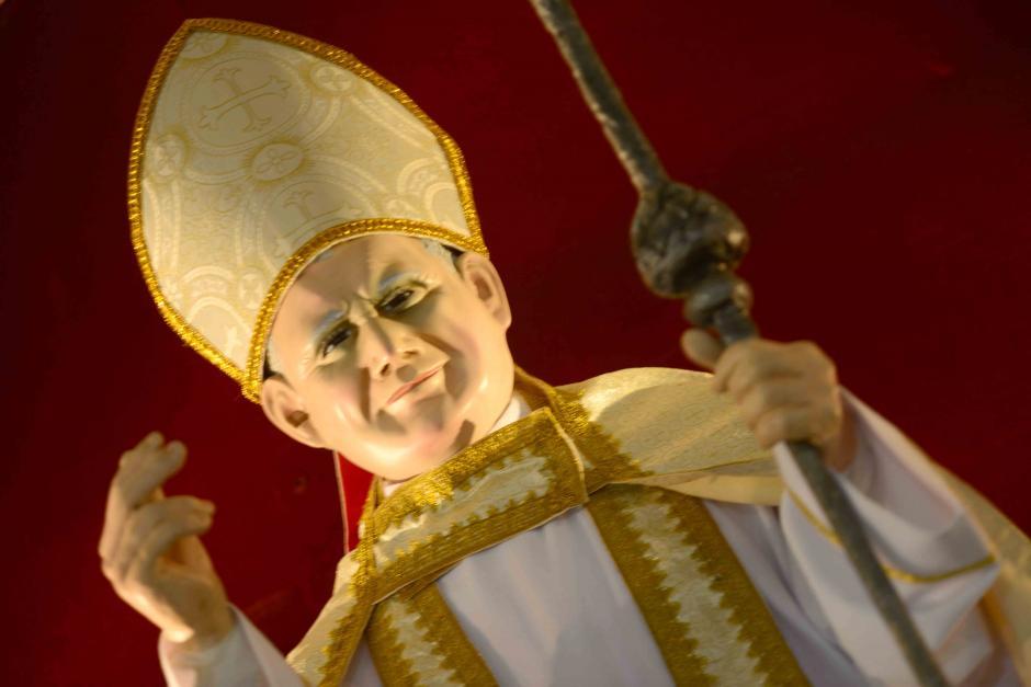 Una imágen sonriente de Juan Pablo II ocupa el sitio principal en el altar de la iglesia. (Foto: Jesús Alfonso/Soy502)