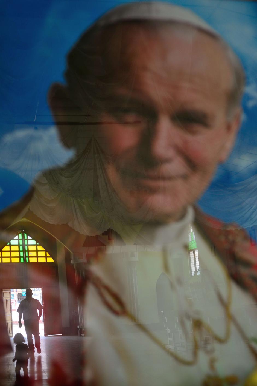 La fiesta por la canonización de Juan Pablo II tiene al rostro del Papa viajero en todas las esquinas de la iglesia de El Camán, Patzicía. (Foto: Jesús Alfonso/Soy502)