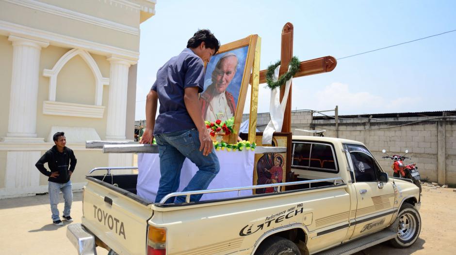 Las reliquias que guarda la parroquia han recorrido cuatro aldeas que asisten a la iglesia Juan Pablo II, en la aldea El Camán. (Foto: Jesús Alfonso/Soy502)