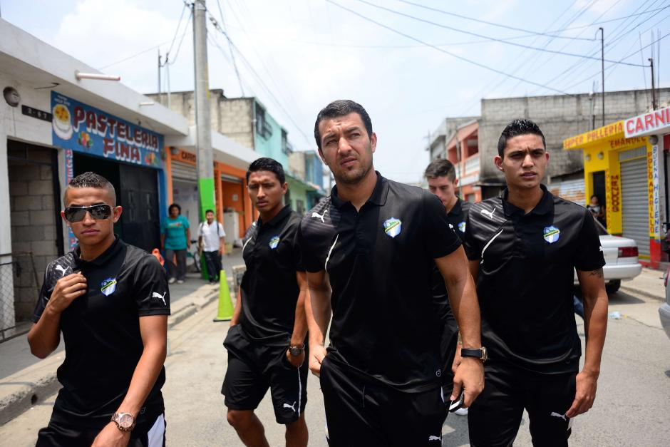 Jugadores del cuadro crema llegan a la velación de Kevin Díaz, en San Miguel Petapa. (Foto: Jesús Alfonso/Soy502)