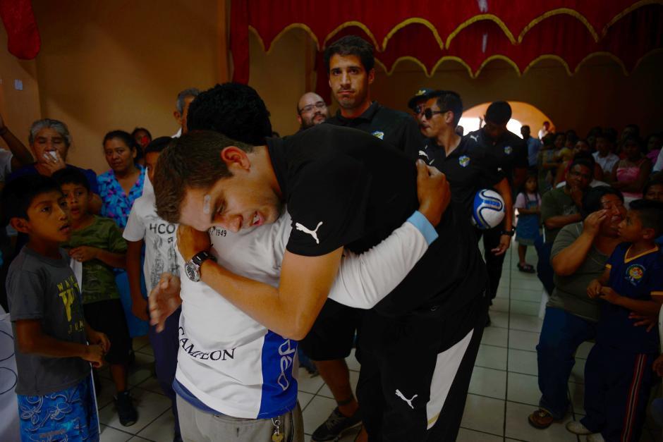 Ignacio Lopéz Campollo abraza al padre de Kevin Díaz al ingresar a la iglesia evangélica donde es velado. (Foto: Jesús Alfonso/Soy502)
