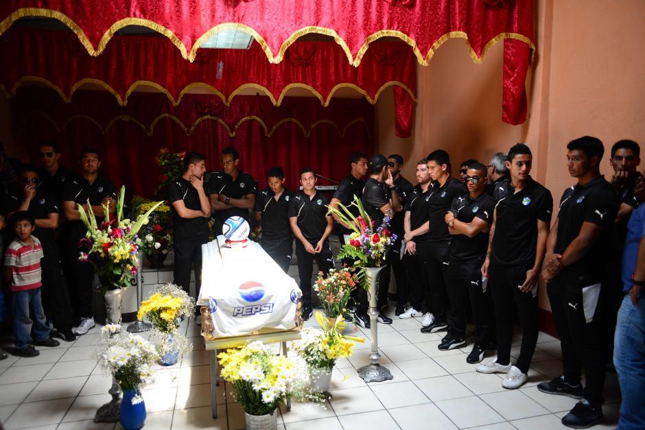 El plantel del Comunicaciones se presentó donde eran velados los restos de Kevin Díaz luego de que fuera agredido por aficionados en el Clasico 278. (Foto: Jesús Alfonso/Soy502)