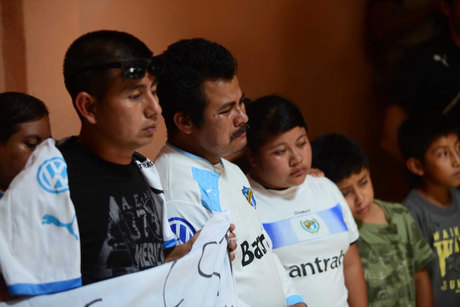 Jerónimo Díaz, padre de Kevin, llora mientras los jugadores de Comunicaciones le rinden tributo. (Foto: Jesús Alfonso/Soy502)