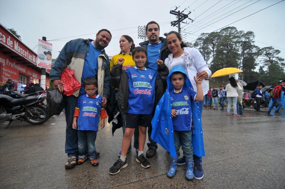 Los seguidores de los Príncipes Azules apoyaron a su equipo sin importar la lluvia.(Foto: Byron de La Cruz/Nuestro Diario)