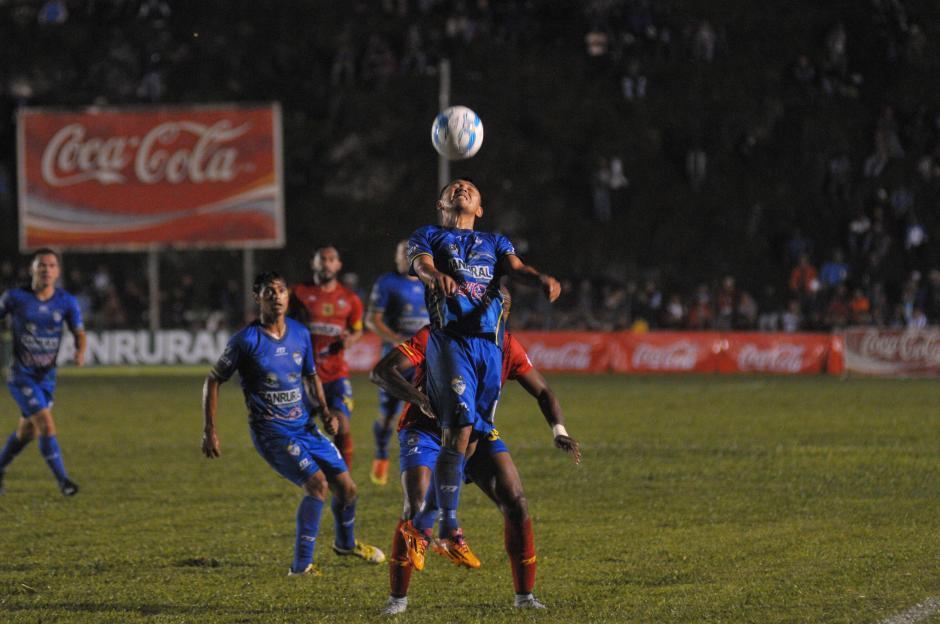 Cobán anotó en el momento preciso, en los últimos minutos supo contener el dominio de Municipal. (Foto: Byron de La Cruz/Nuestro Diario)