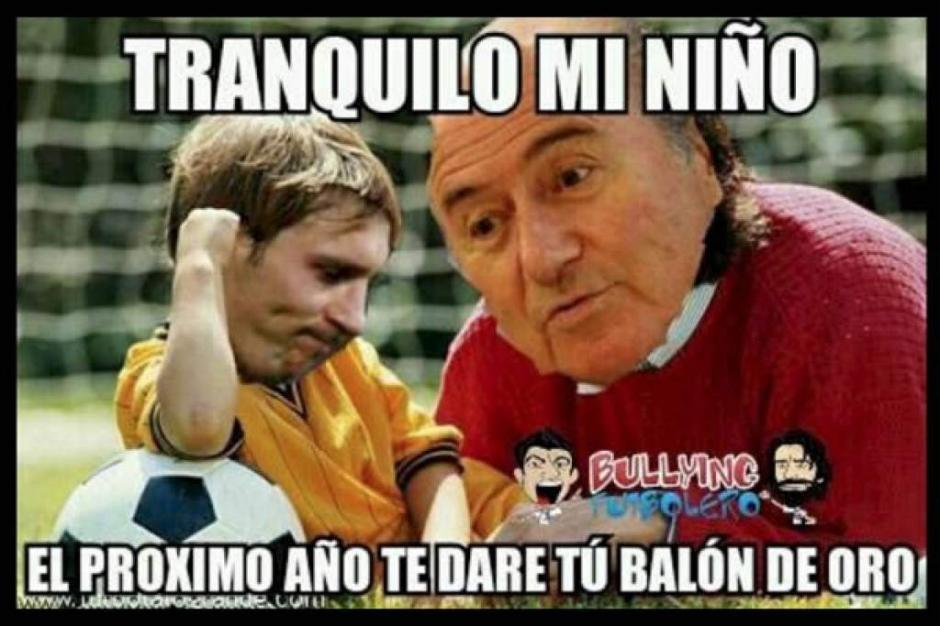 El enojo de Messi y lo consuela Blatter. (Foto: Twitter)