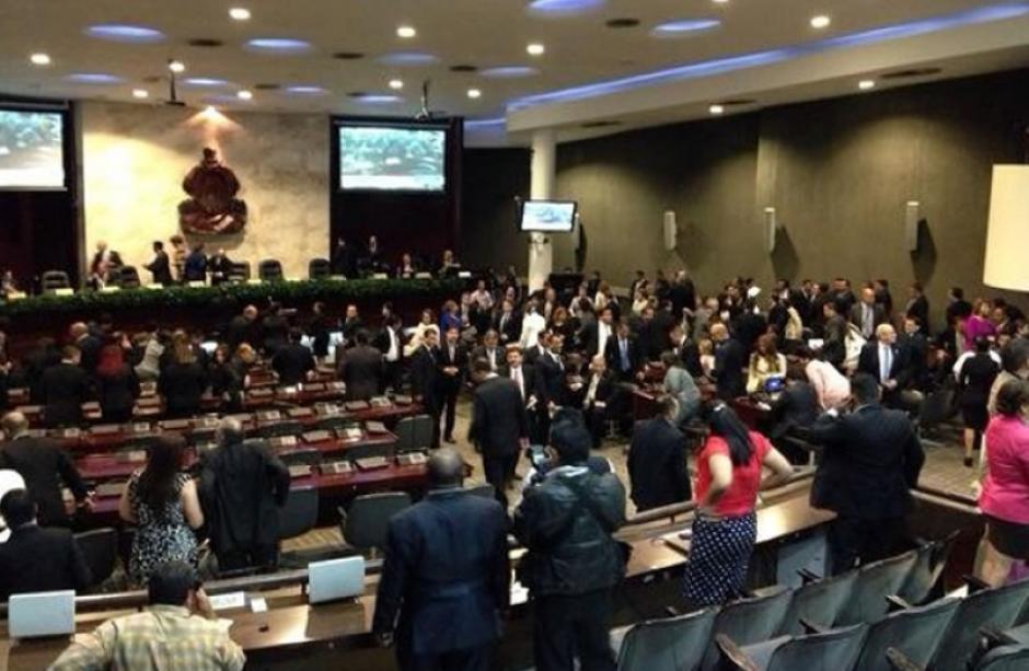 El día inicio en Honduras con una sesión en el Congreso, luego los diputados se trasladaron al Estadio Nacional. Foto LaPrensahn