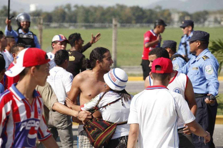 """Aficionados de la """"Ultra Fiel"""", barra brava de Olimpia se enfrentaron con los de Real España. (Foto: El Heraldo)"""
