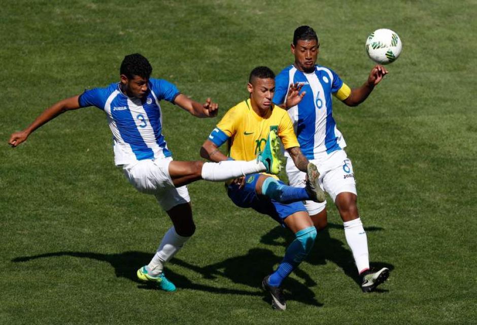 La zaga catracha cayó en el juego del futbolista del Barcelona. (Foto: EFe)