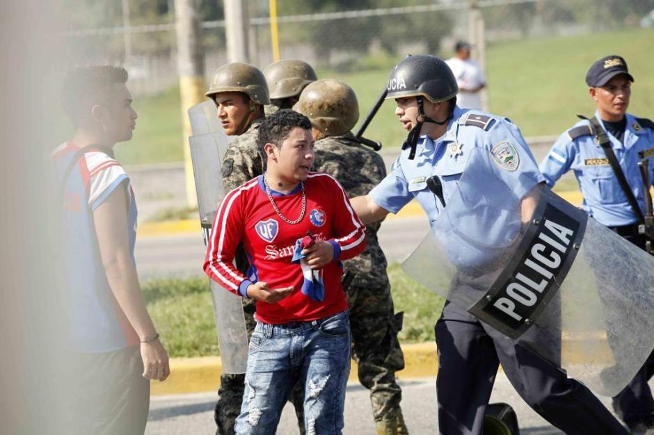 La policía hondureña intentó poner orden. (Foto: El Heraldo)