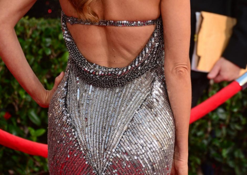 Vergara mostrando la parte posterior del vestido que lució durante la premiación de los SAG.