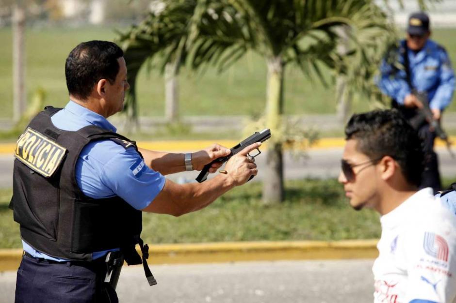 Los agentes sacaron sus armas para responder el fuego. (Foto: El Heraldo)
